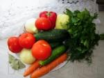 Картошка - 4 или 5 шт Болгарский перец - 2 штуки (у меня жёлтый и красный) Огурцы большие, переспелые - 1-2 штуки, в зависимости от размера ( у меня огурцы поменьше, поэтому 4 штуки) Морковь - 2 штуки Лук репчатый - 1 штука Чеснок - по вкусу Приправы и специи (лавровый лист) Свежая зелень (укроп и петрушка) Масло растительное для жарки