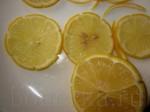 Лимон порежьте колечками