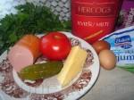 Мука - 3 столовые ложки с горкой Яйца - 2 штуки Майонез - 2 столовые ложки Сметана - 2 столовые ложки Пряности по вкусу Колбаса - 50-100 грамм Сыр твёрдых сортов, жирности 50 % - 50-100 грамм Томаты - 1-2 штуки Маринованные огурцы - 1 штука Зелень (не обязательно)