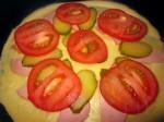 Уложите все ингредиенты поверх лепёшки, которая уже начала немного схватываться снизу. Огонь не должен быть сильный, чтобы пицца не подгорела.