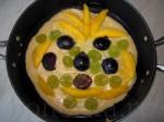 уложите фрукты поверх вылитого на сковородку теста