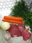 Говядина - 1 кг Морковь - 2 штуки Лук репчатый - 1 большая головка Чеснок - пара зубчиков Томатная паста - 2 столовые ложки Приправы и специи - по вкусу Мука - 1 столовая ложка Масло растительное для жарки