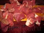 Порежьте мясо на небольшие по возможности квадратные кусочки.
