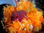 Обжарьте лук и морковь на растительном масле Добавьте томатную пасту и хорошо перемешайте