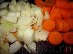 Морковь порежьте колечками, а лук и чеснок кубиками.