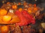Добавьте томатную пасту, снова всё перемешайте и хорошо прогрейте.