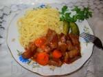 Гуляш можно посыпать рубленой свежей зеленью, а подавать лучше всего, если не с чипетками, то с какими-нибудь макаронами, напрмер, со спагетти.