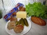 Круглые (или продолговатые) булочки Котлеты (или сосиски) Маринованные огурчики Майонез Сыр Листовой салат