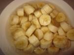 порежьте бананы и опустите их в лимонный сок, чтобы не потемнели