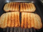 Обжарьте ломтики хлеба на сковородке гриль или в тостере