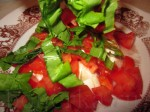 смешайте щавель, томат и моцареллу