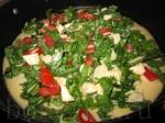 Разложите салат на тесто