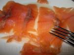 Порежьте лосось тонкими ломтиками.