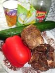 Консервированные ананасы - 200 грамм Красная паприка (болгарский перец) - 1 штука Свежий огурец - 1 штука ( средний) Маринованные огурцы - 2-3 штуки Курица копчёная (гирос) - 300 грамм Майонез - 2 столовые ложки Красный перец чили - по вкусу