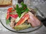 подавайте салат на большой тарелке с горячими гренками