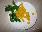 Приготовьте консервированную кукурузу и зелень.
