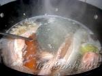 Залейте рыбу небольшим количеством воды, доведите до кипения, снимите пенку.
