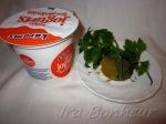 Пока мясо тушится, приготовьте соус из натурального йогурта и карри: