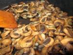Обжарьте грибы вместе с луком до золотистого цвета. Остудите.