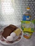 Ржаной хлеб - 3 ломтика Яйца - 2 штуки Сыр твёрдых сортов жирности не менее 50% - 200 грамм Кукуруза консервированная - 200 грамм Помидоры - 1 штука Огурец - 1 штука Майонез - 3 столовые ложки Чеснок - 1 зубчик Растительное масло для жарки