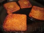 обжарьте хлеб до золотистого цвета на растительном масле, немного посыпав солью