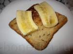положите банан на хлеб