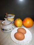 Яйца - 2 штуки Сливки жирности 35% - 100 мл Сахар - 3 столовые ложки Масло сливочное - 1 столовая ложка Яблоко - 1 штука Ванилин - по вкусу Корица - по вкусу Грейпфрут - 1/2