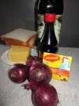 Красный лук - 3 штуки Сыр твёрдых сортов жирности не менее 50 % - 100 грамм Хлеб тостовый (для сэндвичей) - 2 кусочка Мука - 1 столовая ложка Масло оливковое - 2 столовые ложки Куриный бульон - 1 кубик