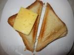 На обжаренный хлеб положите кусочек сыра.