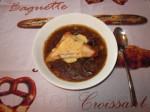 Налейте суп в тарелку, сверху положите тост с сыром и отправьте в микроволновку на пару минут, чтобы сыр расплавился.