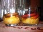 Приготовьте стаканы для верринов и выложите десерт слоями.