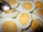 Разрежьте яйца пополам, удалите желтки.