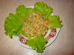 сверху разложите кусочки курицы, посыпьте кукурузой и полейте оставшимся от моркови с горошком соусом