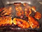 обжарьте куриную грудку на гриле